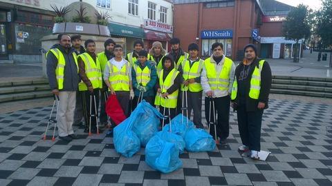 Ahmadiyya Muslim Association litter pickers.