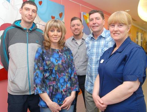 Halesowen News: l-r Pat's children Chris Jones, Lisa Mills and Mark Jones with their dad Phil Jones and Georgina Ward Lead Nurse Allison Field. To buy pic: 121326M.